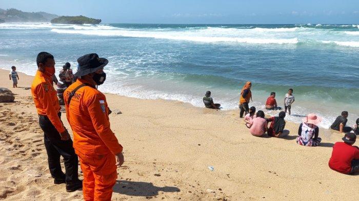 Kantor Basarnas Yogyakarta menyiagakan anggota di sejumlah tempat wisata pantai di Bantul, DI Yogyakarta.
