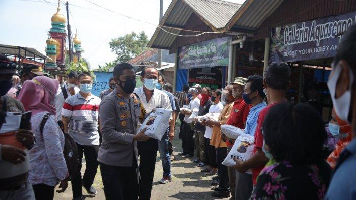Paket Sembako Dibagikan Polres Klaten ke Pedagang Klitikan dan Pekerja Harian