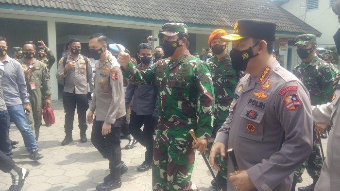 Kapolri dan Panglima TNI Tinjau Posko PPKM Mikro COVID-19 di Kalurahan Maguwoharjo