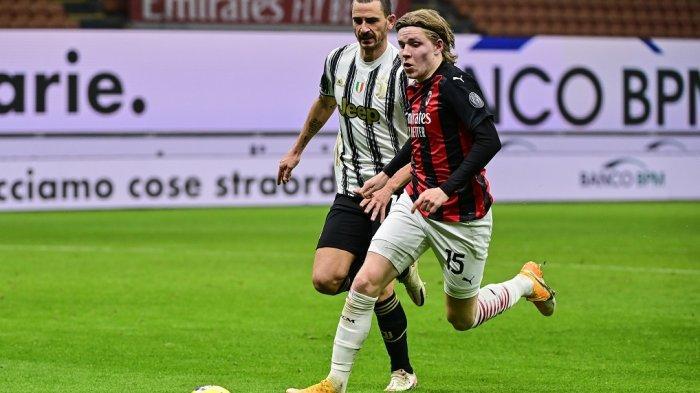Penyerang AC Milan Jens Petter Hauge (kanan) dikejar bek Juventus Leonardo Bonucci pada pertandingan sepak bola Serie A Italia AC Milan vs Juventus pada 6 Januari 2021 di stadion San Siro di Milan.