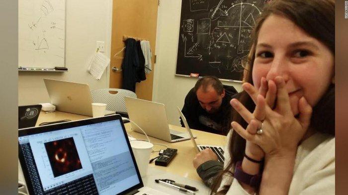 Katie Bouman, Wanita Cantik Nan Cerdas di Balik Penampakan Black Hole