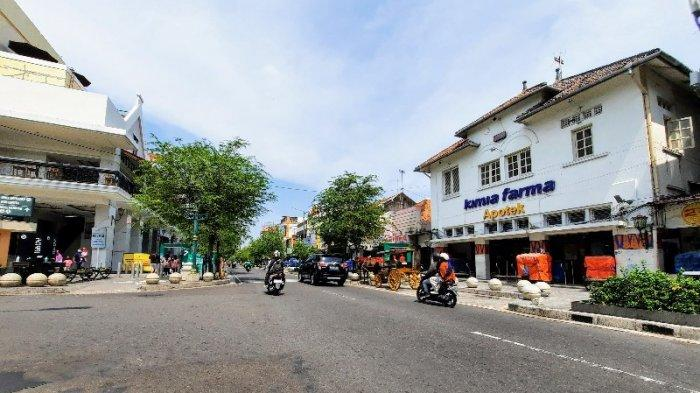 Kawasan Malioboro dan Simpang Tugu Pal Putih terpantau lengang. Arus kendaraan pun tampak lancar pada Kamis (13/5/2021).