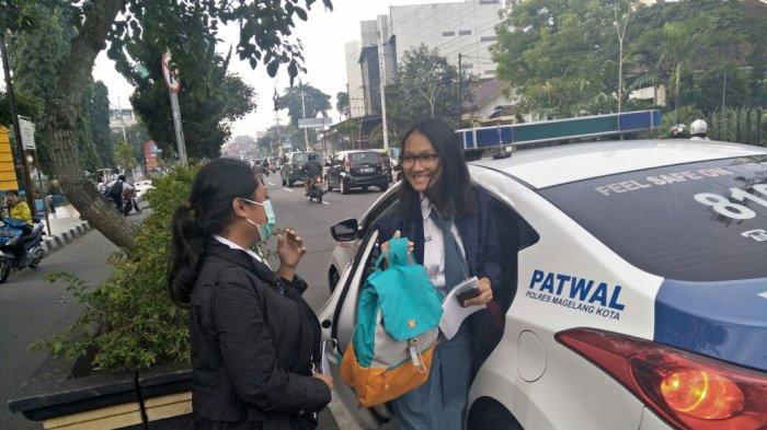 Pelajar di Magelang Terpaksa Berangkat Sekolah Menggunakan Mobil Polisi