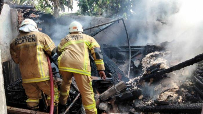 Kebakaran Melanda Sebuah Rumah, Damkar Klaten Terjunkan 2 Unit Mobil untuk Padamkan Api