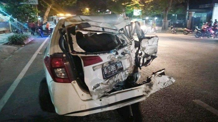Kecelakaan Karambol di Tulungagung, Gagal Menyalip Daihatsu Sigra Remuk Dihantam Tronton