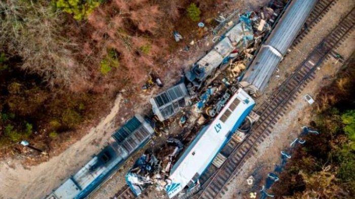 Kecelakaan Mengerikan Kereta Api di Taipe, Diduga Tabrak Truk Hingga Gerbong Terguling, 36 Tewas
