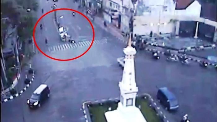 BREAKING NEWS : Terekam CCTV, Inilah Detik-detik Kecelakaan Maut di Perempatan Tugu - Tribun Jogja