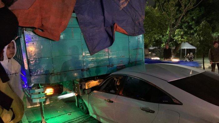 BREAKING NEWS: Kecelakaan Truk dengan Honda Civic di Ring Road Utara Sleman, Mobil Masuk ke Kolong
