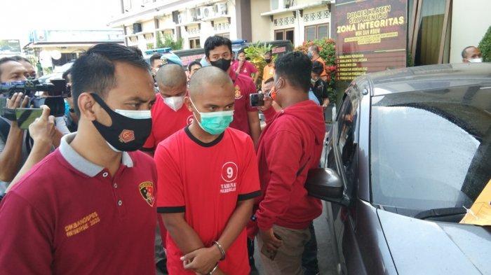 Kedua tersangka S dan AK (baju tahanan merah) saat dihadirkan di Mapolres Klaten dalam sesi jumpa pers, Kamis (4/6/2021).