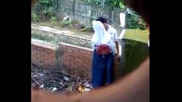 Miris! Peluk dan Cium Mesra Sang Pacar, Kelakuan Remaja SMP Bermesraan Di Tempat Umum