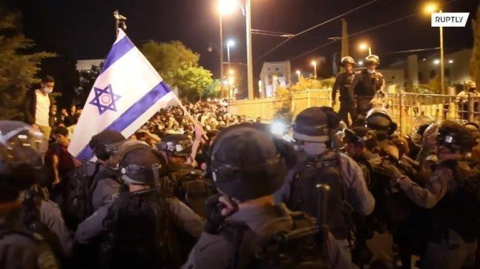 Ratusan orang di Yerussalem Timur mengalami luka-luka setelah bentrokan antara ekstremis Israel dengan warga Palestina. Bentrokan pecah pada Kamis (22/4/2021) malam waktu setempat, bermula dari aksi kelompok ekstremis Yahudi, Lehava