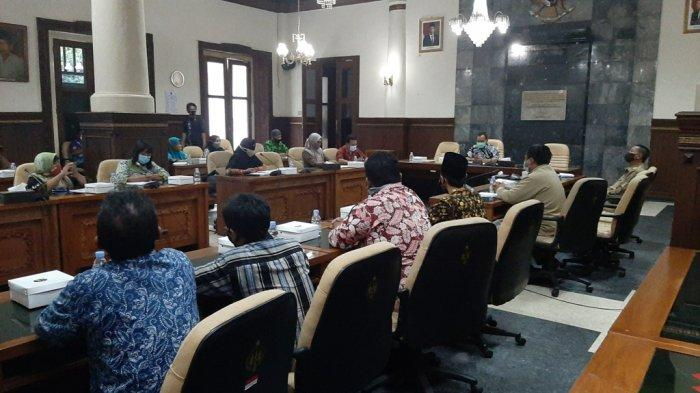 Suasana audiensi guru honorer non kategori di ruang rapat DPRD DIY, Senin (23/11/2020)