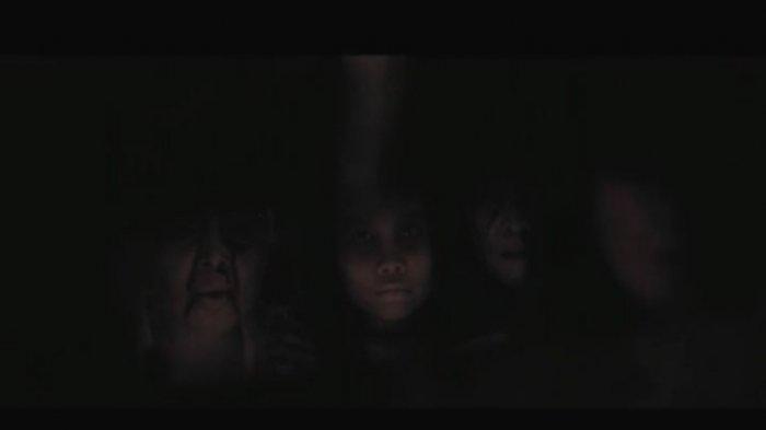 cuplikan trailer Keluarga Tak Kasat Mata