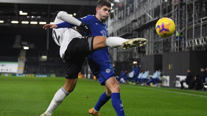Kenny Tete dan Christian Pulisic di Liga Inggris Fulham vs Chelsea di Craven Cottage di London pada 16 Januari 2021.