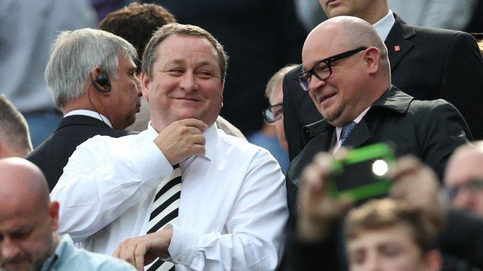 Mike Ashley (kiri) tersenyum dengan direktur pelaksana Lee Charnley (kanan) saat ia menunggu kick off pertandingan sepak bola Liga Inggris antara Newcastle United dan West Ham United di St James Park 24 Mei 2015