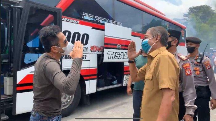 Pelatih PSIM Yogyakarta, Seto Nurdiyantoro (kiri) disambut Walikota Yogya, Haryadi Suyuti di Wisma PSIM, Rabu (13/10), usai melakoni laga kontra Persis Solo dalam lanjutan Liga 2 2021/22.