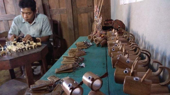 Kreatif, Pemuda Desa Muntuk Bantul Ini Olah Limbah Bambu Jadi Kerajinan Boneka Bernilai Ekonomis