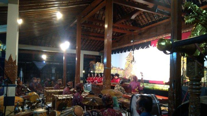 Ki Manteb Ceritakan Kisah Kedekatan dengan Ki Seno pada Babak Goro-Goro