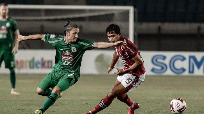 Pemain PSS Sleman, Kim Jeffrey berduel dengan Rizky Pora di perempatfinal Piala Menpora 2021 di Stadion Si Jalak Harupat, Senin (12/4).