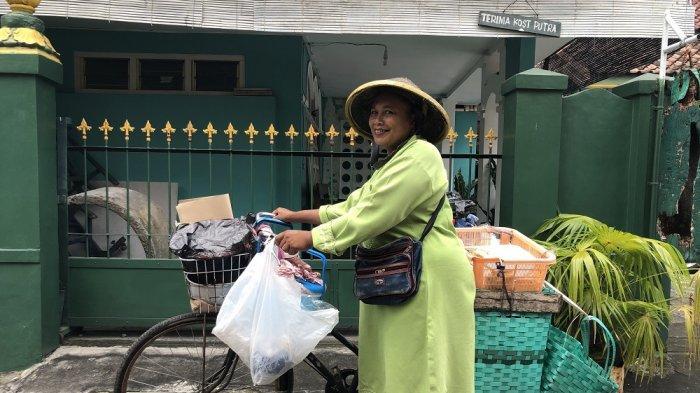 Kisah Mak Singgang, Tekun Jualan Makanan Keliling Sejak Tahun 1982