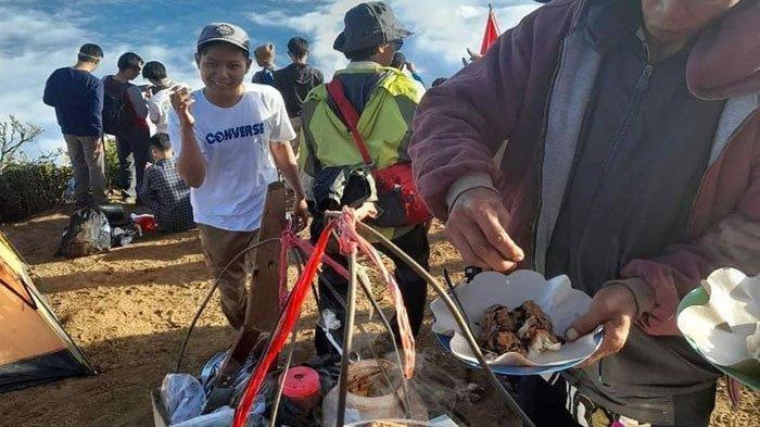 Kisah Penjual Bakso Tahu di Puncak Gunung Cikuray Garut, Pikul Gerobak ke Ketinggian 2.821 Mpdpl