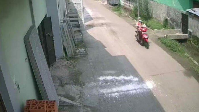 Pelaku pencurian motor terekam CCTV di parkiran rumah kos Dusun Wonokoyo, Desa Sumbertanggul, Kecamatan Mojosari. Kabupaten Mojokerto, Selasa (13/4/2021)