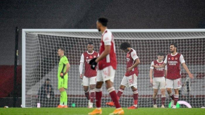 Kiper Arsenal asal Jerman Bernd Leno (Kiri) dan rekan satu timnya bereaksi setelah mereka kebobolan gol ketiga dalam pertandingan sepak bola Liga Utama Inggris antara Arsenal melawan Aston Villa di Stadion Emirates di London pada 8 November 2020. Aston Villa memenangkan pertandingan 3-0 .