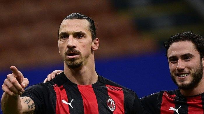 Zlatan Ibrahimovic (kiri) merayakan gol dengan bek AC Milan Davide Calabria setelah mencetak gol keduanya dalam pertandingan sepak bola seri A Italia AC Milan vs Crotone stadion San Siro di Milan, Sabtu (8/2/2021)