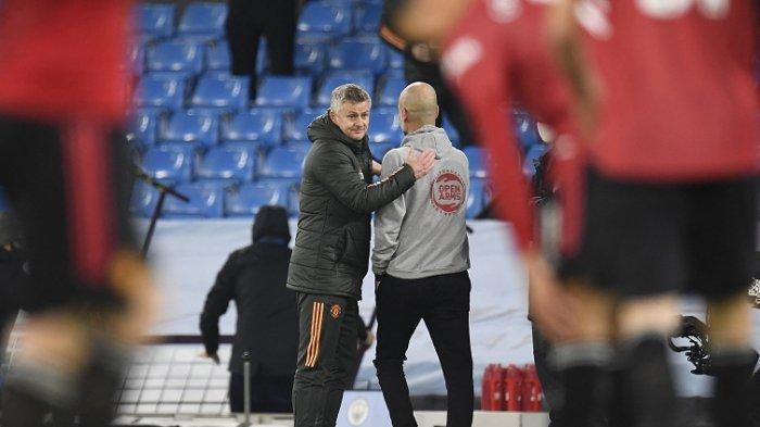 Ole Gunnar Solskjaer dan Pep Guardiola bersalaman setelah Manchester City meski kalah 2-0 derby dari Manchester United, Senin   (8/3/2021).