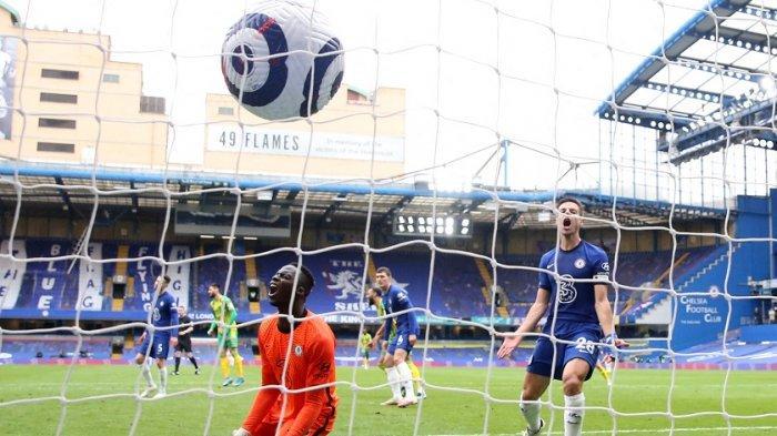 Ekspresi Edouard Mendy (kiri) setelah gelandang West Bromwich Albion asal Brasil, Matheus Pereira, mencetak gol kedua timnya selama pertandingan sepak bola Liga Utama Inggris antara Chelsea dan West Bromwich Albion di Stamford Bridge di London pada 3 April 2021.
