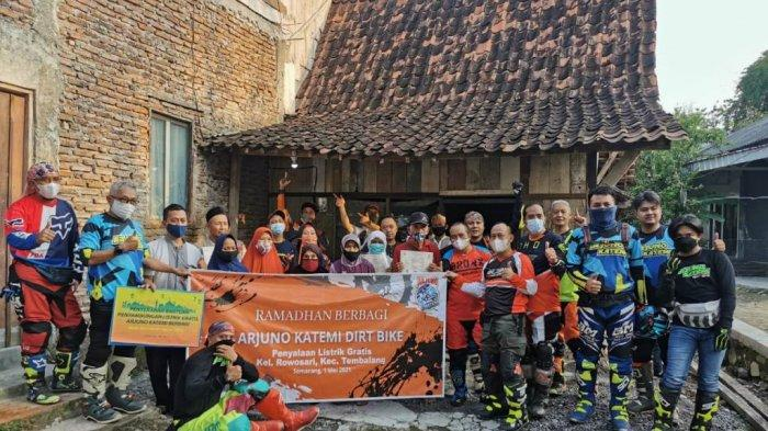 Komunitas Motor Trail Arjuno Katemi Berikan Sambungan Listrik Gratis untuk Warga Kurang Mampu