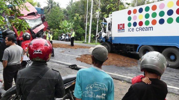 Dua Truk Tronton 'Adu Banteng' di Wates