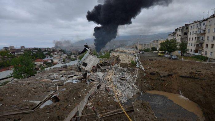 Sebuah pemandangan menunjukkan setelah penembakan baru-baru ini selama pertempuran yang sedang berlangsung antara Armenia dan Azerbaijan atas wilayah Nagorno-Karabakh yang memisahkan diri, di kota utama kawasan yang disengketakan, Stepanakert pada 4 Oktober 2020.