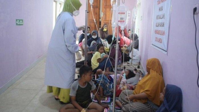 Keracunan makanan pesta pernikahan - Jumlah warga desa Galanti, Kecamatan Wolowa, Kabupaten Buton, Sulawesi Tenggara diduga keracunan usai menyantap makanan di pesta pernikahan terus bertambah.