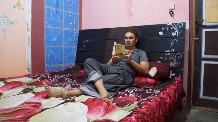 KPH Yudanegara saat menginap di rumah warga di Salamrejo, Kulon Progo, sejenak menyempatkan membaca buku
