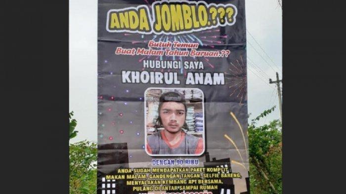 Poster Khoirul Anam, pemuda Kecamatan Kaliangkrik, Kabupaten Magelang, Jawa Tengah menawarkan jasa teman kencan untuk menghabiskan malam pergantian tahun.