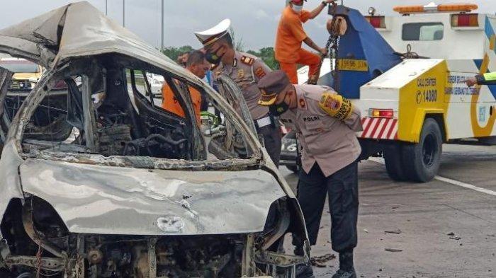 Ilustrasi Lakalantas : Pihak kepolisian ketika melihat kondisi mobil yang mengalami kecelakaan di di ruas jalan tol Solo-Ngawi KM 527 Sragen, Jumat (18/12/2020)