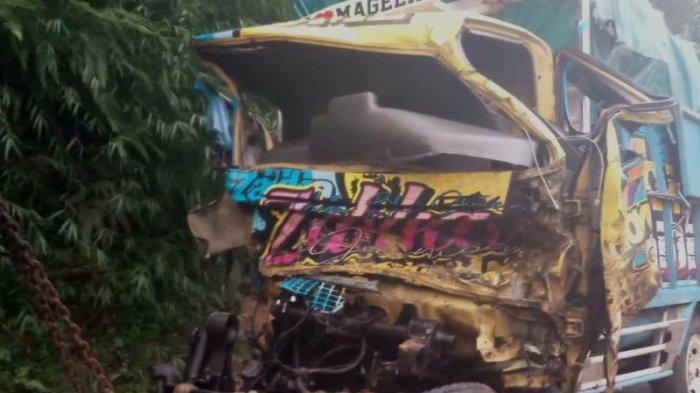 Kondisi truk diesel yang ditabrak tronton di tanjakan Kalijambe, Kecamatan Bener, Kabupaten Purworejo, Kamis (8/4/2021)