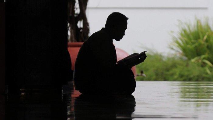 Jamaah membaca Alquran di Masjid Kampus UGM Yogyakarta