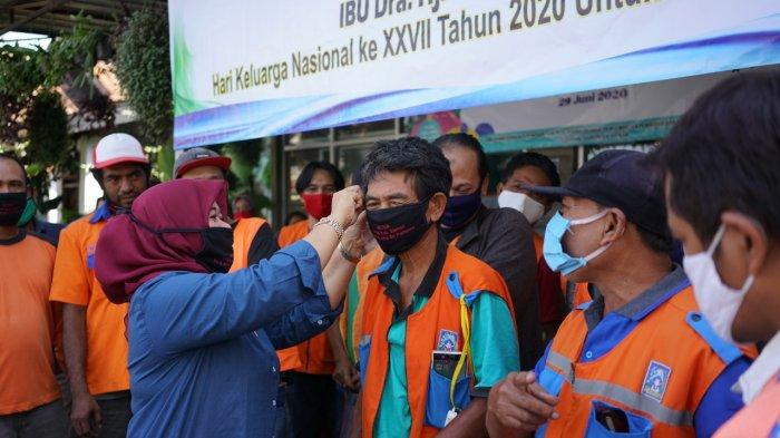 Bahagia dan Haru Para Tukang Parkir Mendapatkan Perhatian dariKustini Sri Purnomo