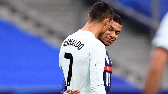 Penyerang Portugal Cristiano Ronaldo (kiri) berbicara dengan penyerang Prancis Kylian Mbappe (tengah)