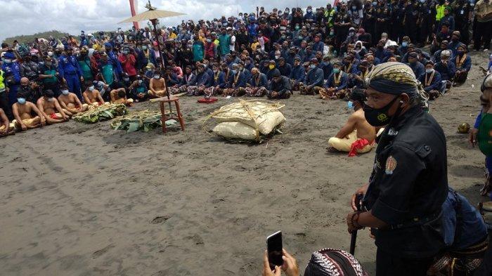 Tingalan Jumenengan Dalem, Keraton Yogyakarta Gelar Labuhan di Pantai Parangkusumo Bantul