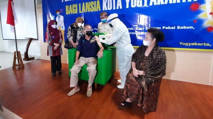 Lansia di Kota Yogya Mulai Diinjeksi Vaksin COVID-19