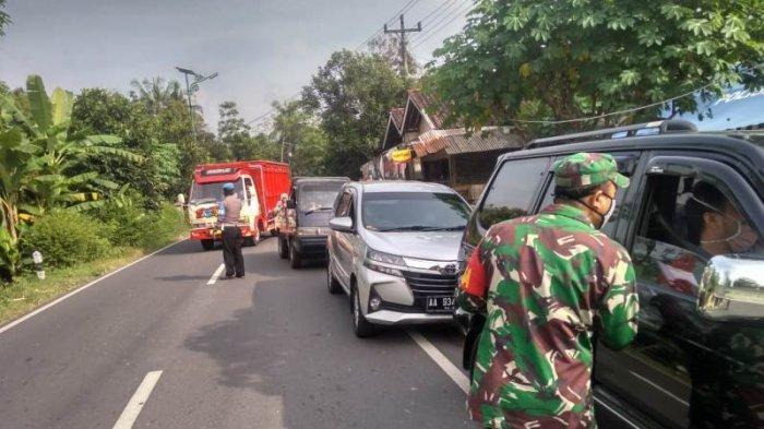 Pelaksanaan pemeriksaan kendaraan oleh petugas di Posko Terpadu Pemeriksaan Covid-19 Kulon Progo
