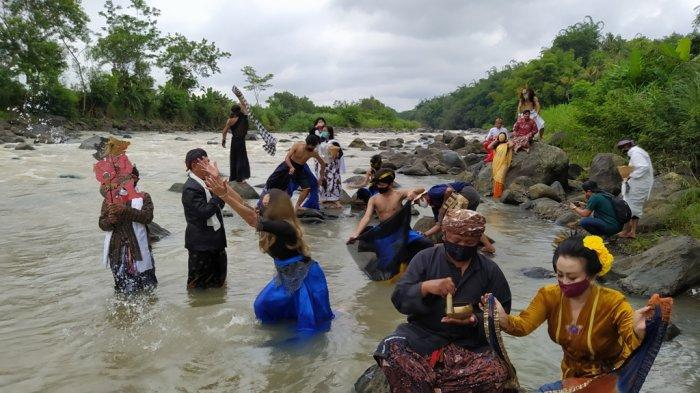 Larung Sengkala, Seniman Kota Magelang dan Komunitas Lima Gunung Memanjatkan Doa Ini