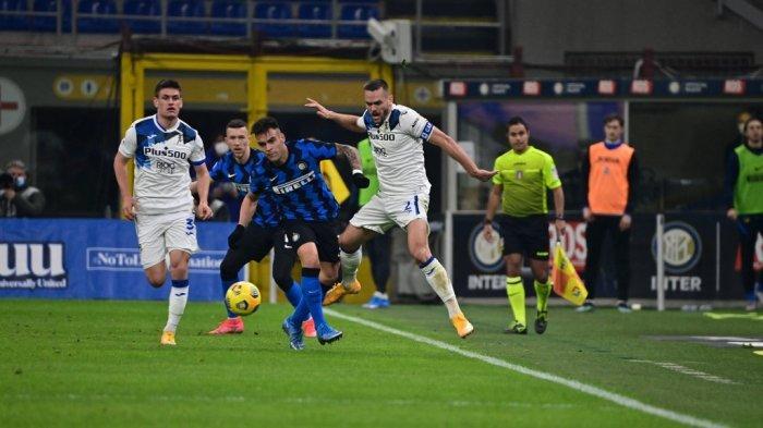 Lautaro Martinez dan Rafael Toloi di Liga Italia Serie A Inter Milan vs Atalanta di stadion San Siro, pada 8 Maret 2021