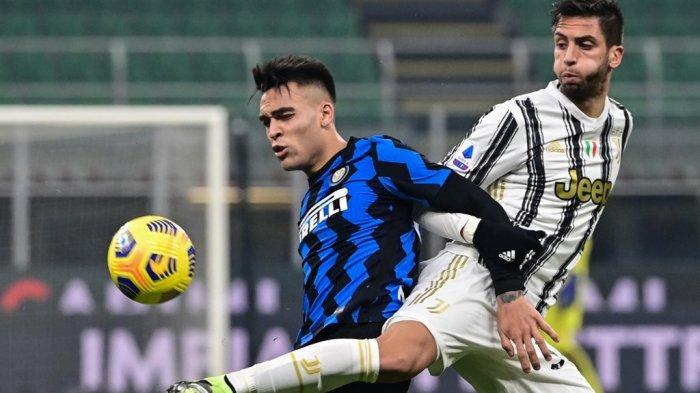 Lautaro Martinez dan Rodrigo Bentancur di Serie A Italia Inter vs Juventus pada 17 Januari 2021 di stadion San Siro di Milan.