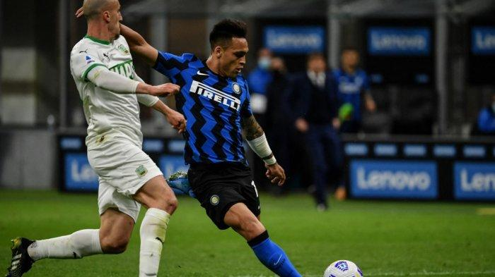 Lautaro Martinez mencetak gol di Liga Italia Serie A Inter Milan vs Sassuolo pada 7 April 2021 di stadion San Siro di Milan.