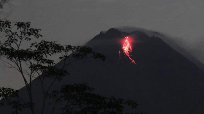 BERITA FOTO : Penampakan Guguran Lava Pijar Gunung Merapi Malam Ini