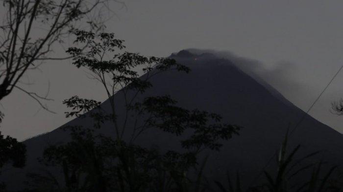 Guguran lava pijar Merapi terlihat dari dari Desa Wonokerto, Kecamatan Turi, Sleman, Selasa (5/1/2021).